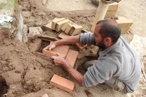 De la terre, du sable, de la paille et, pourquoi pas, des briques.