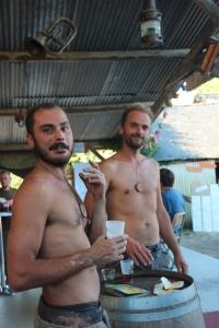 Vinz et Jean-Gui se désaltérant au bar !