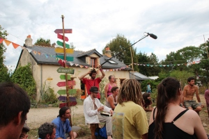 Clément et la prise du son pendant un atelier sur le bois par Yves Joignant