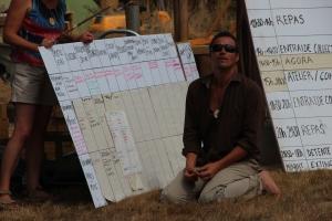 Les bénévoles peuvent se proposer pour aider à la vie du camp.