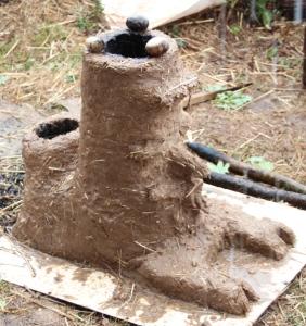 Le vieux Sage Rocket, qui a permis de chauffer l'eau de douche lors des Rencontres de Permaculture de Saffré